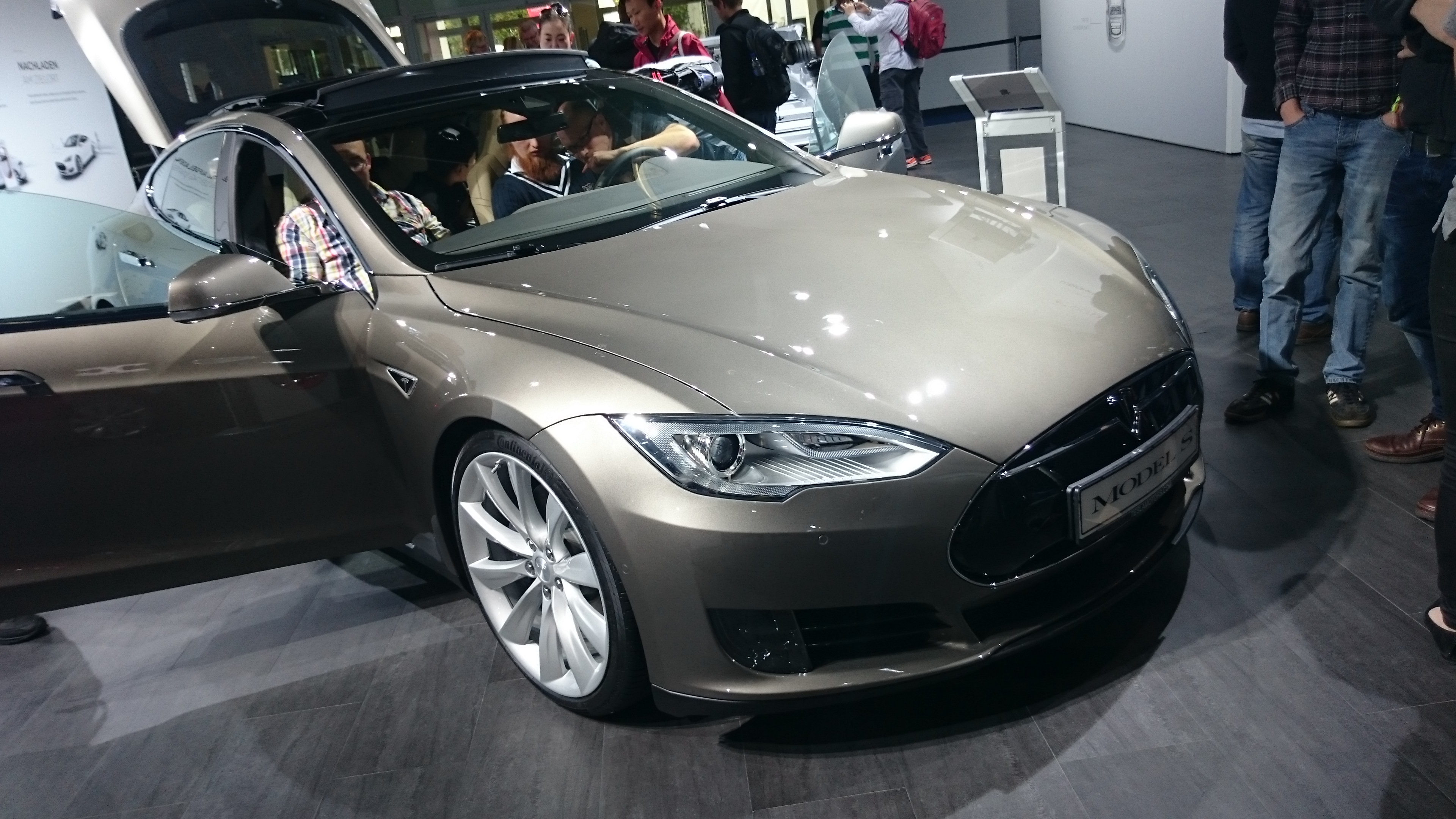 Fotos 360 del Tesla Model S en color bronce #VidePan en #IAA2015