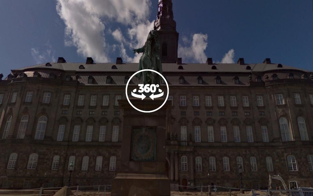 Foto 360 Estatua ecuestre de Federico VII que estableció la Constitución danesa. VidePan en Copenhague